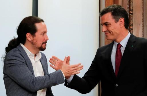 Apretón de manos entre Pablo Iglesias y Pedro Sánchez.