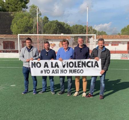 Toni Roig, Jaume Suñer, Miquel Bestard, Jordi Horrach y Jaume Vidal, en representación del Campos, la Penya Arrabal y la Federació de Futbol de les Illes Balears, escenificaron en Can Valero su rechazo a lo sucedido el pasado 23 de noviembre.