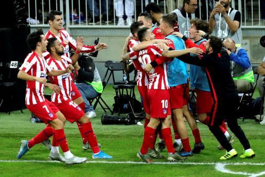 El centrocampista del Atlético de Madrid Koke Resurrección celebra con sus compañeros tras marcar su gol ante el FC Barcelona.
