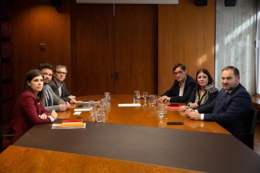 Josep María Jové, junto a Gabriel Rufián, en la mesa de negociación con el PSOE para la investidura de Sánchez.