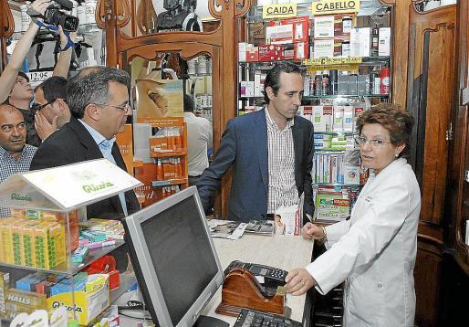 Bauzá, en campaña electoral, visitando una farmacia en Menorca.