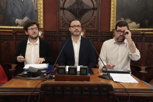 Alberto Jarabo, José Hila y Antoni Noguera en el pleno del Ajuntament de Palma, donde han sido aprobados los presupuestos de 2020.
