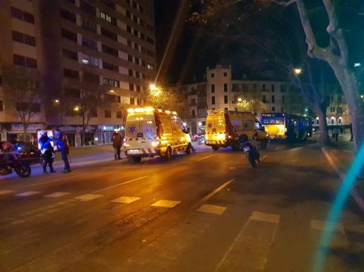 Policía Local, Cuerpo Nacional de Policía y dos ambulancias medicalizadas del SAMU-061 se personaron en el lugar y auxiliaron a la víctima.
