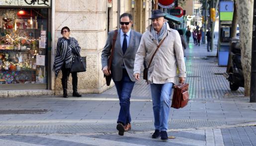 Manuel Penalva y Miguel Ángel Subirán, de camino a los juzgados de Vía Alemania.