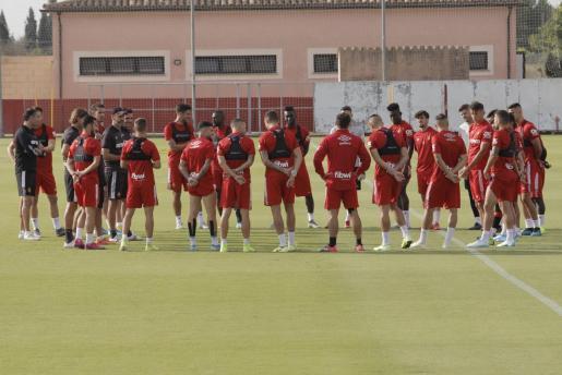 Vicente Moreno, entrenador del Mallorca, se dirige a los futbolistas de su equipo durante un entrenamiento en la ciudad deportiva Antonio Asensio.