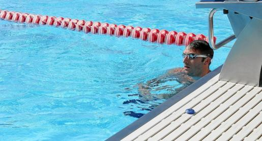 El australiano Ian Thorpe, posando para este periódico junto a la piscina del BEST Centre de la Colònia de Sant Jordi. Fotos: F. FERNÁNDEZ