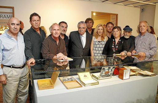 Pere A. Serra, junto a los artistas que asistieron a la inauguración de 'Fum i Art'.