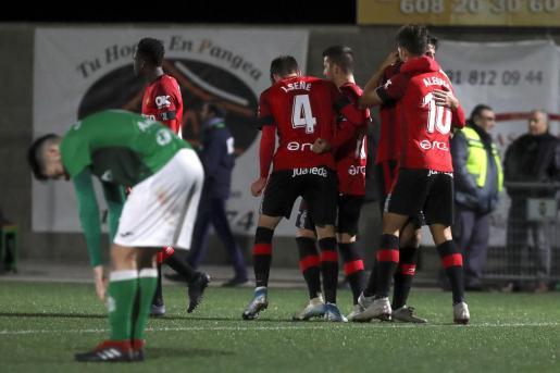 Los jugadores del Mallorca celebran el gol de Álex Alegría durante el partido de primera ronda de la Copa del Rey contra El Álamo.