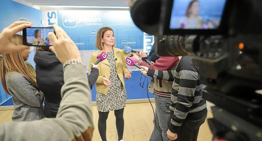 La diputada del PP en el Congreso Margalida Prohens atiende a los periodistas.