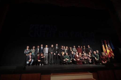 Ganadores de los Ciutat de Palma, algunos miembros del jurado y autoridades subieron al escenario antes de finalizar la gala del año pasado.