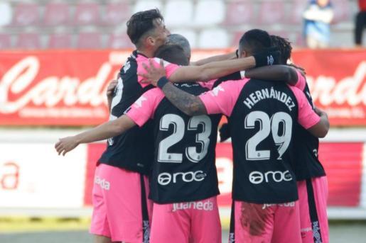 Los jugadores del Real Mallorca celebran el gol de Aleix Febas en el estadio Ruta de la Plata de Zamora.