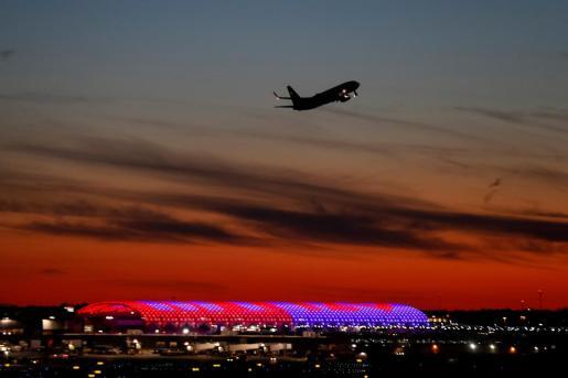 Un avión vuela sobre el nuevo pabellón translúcido de la Terminal Norte del Aeropuerto Internacional Hartsfield-Jackson. Imagen de archivo.