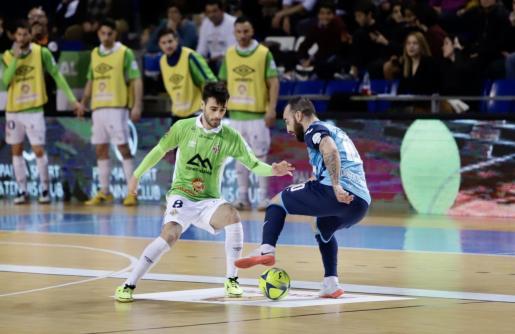 El jugador del Movistar Inter Ricardinho trata de regatear al del Palma Futsal Eloy Rojas en un momento del partido disputado entre ambos equipos en Son Moix.
