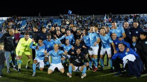 Los jugadores de la UD Ibiza celebran la eliminación del Albacete en la tanda de penaltis en Can Misses.