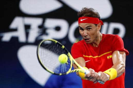 Rafael Nadal conecta un revés durante su partido ante Alex de Miñaur en el segundo partido de la serie de semifinales de la Copa ATP en Sydney.