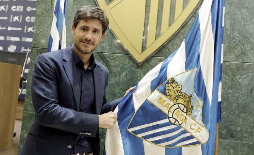 Víctor Sánchez del Amo, junto a una bandera del Málaga.