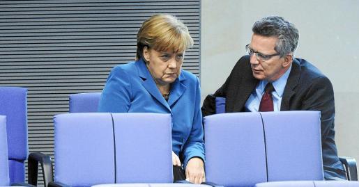 La canciller Merkel prepara con sus directos colaboradores la primera entrevista con el nuevo presidente francés, François Hollande.