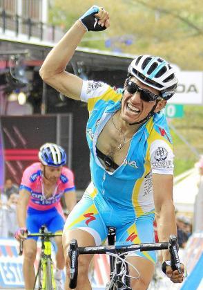 El italiano Paolo Tiralongo (Astana) celebra su victoria en Roccas di Cambio.