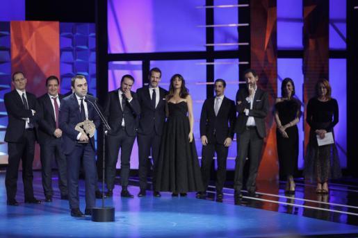 """El equipo de """"La trinchera infinita"""" recibe el galardón a la Mejor Película, durante la gala de los Premios Forqué."""