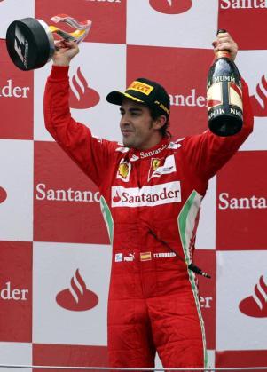 El piloto de Ferrari Fernando Alonso celebra en el podio su segundo puesto en el Gran Premio de España.