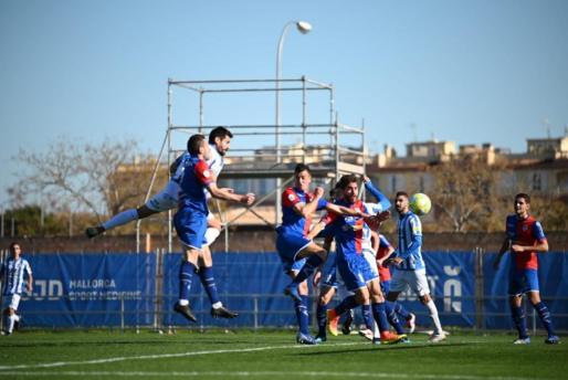 Pedro Orfila remata un balón aéreo para poner el 1-1 en el marcador.