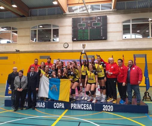 Las jugadoras del Sayre Décimas reciben el trofeo de campeonas de la Copa Princesa.