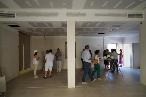 A principios de agosto de 2019, la consellera de Afers Socials, Fina Santiago, visitó las obras del centro de día acompañada del alcalde y varios concejales de Muro. Entonces las obras ya estaban muy avanzadas y ahora solo falta dotarlo de mobiliario.