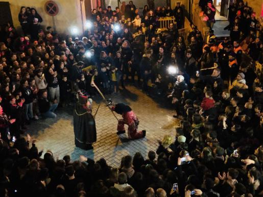 La plaza de Sant Joan se llenó como cada año para contemplar el esperado momento del primer Ball del Dimoni.