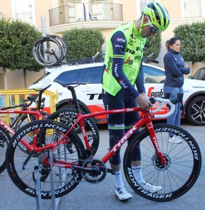 Vincenzo Nibali prepara su bicicleta antes de salir a entrenar, este domingo.