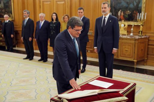 El nuevo ministro de Seguridad Social, Inclusión y Migraciones, José Luis Escrivá, promete su cargo en un acto celebrado en el Palacio de Zarzuela.