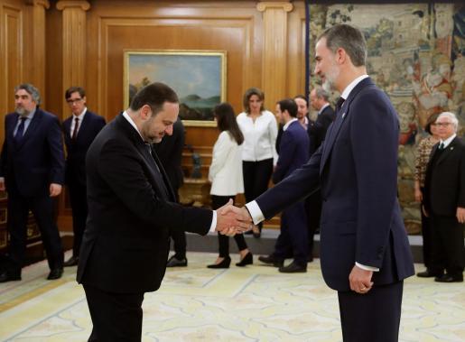 El nuevo ministro de Transportes, Movilidad y Agenda Urbana (antes Fomento), José Luis Ábalos, saluda al rey Felipe VI tras prometer su cargo.
