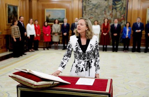 La nueva vicepresidenta de Asuntos Económicos y Transformación Digital, Nadia Calviño jura su cargo durante la jura de ministros del nuevo gobierno en un acto celebrado en el Palacio de Zarzuela en Madrid este lunes 13 de enero de 2020.