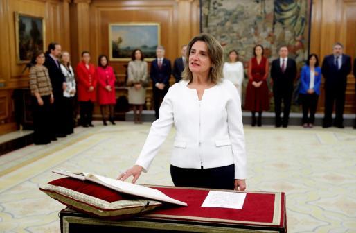 La vicepresidenta de Transición Ecológica y Reto Democrático, Teresa Ribera, promete su cargo ante el rey Felipe VI.