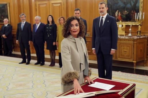 La ministra de Hacienda y Portavoz del Gobierno, María Jesús Montero, jura o promete su cargo ante el rey Felipe VI en el acto de toma de posesión, en el que presidente del Gobierno, Pedro Sánchez, está presente, este lunes en el Palacio de la Zarzuela.