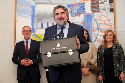 El nuevo ministro de Cultura y Deporte, José Manuel Rodríguez Uribes , tras recibir la cartera de manos de su predecesor en el cargo, José Guirao, en un acto oficial celebrado este lunes en la sede del ministerio.