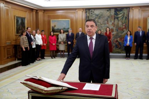 El ministro de Agricultura, Pesca y Alimentación, Luis Planas jura su cargo durante el acto de toma de posesión de los integrantes del nuevo Gobierno de Pedro Sánchez celebrado este lunes en el Palacio de la Zarzuela.