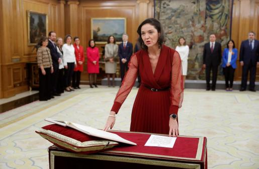 La ministra de Industria y turismo, Reyes Maroto, jura o promete su cargo ante el rey Felipe VI en el acto de toma de posesión, en el que presidente del Gobierno, Pedro Sánchez, está presente, este lunes en el Palacio de la Zarzuela.