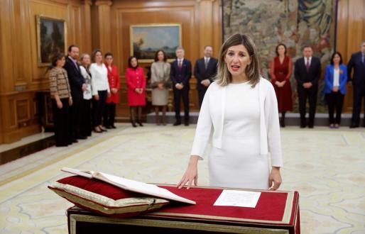 La nueva ministra de Trabajo, Yolanda Díaz, jura o promete su cargo ante el rey durante el acto de toma de posesión del nuevo gobierno, este lunes en el Palacio de la Zarzuela.