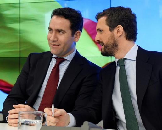El líder del PP, Pablo Casado, conversa con el secretario general del partido, Teodoro García Egea, durante la reunión de la Junta Directiva Nacional de la formación celebrada este lunes en la sede de Génova.