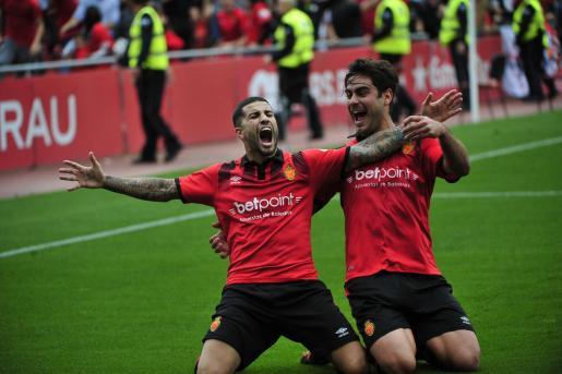 Aridai Cabrera celebra uno gol del Mallorca junto a Abdón Prats en el estadio de Son Moix.