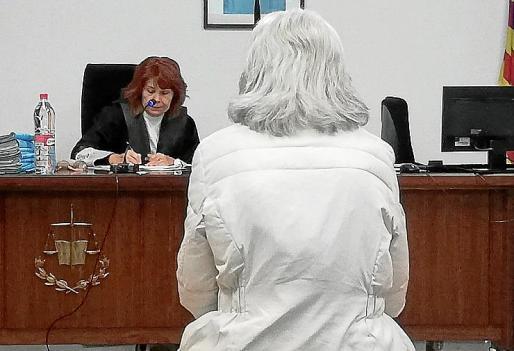 La procesada, poco antes de iniciarse la vista oral en Palma.