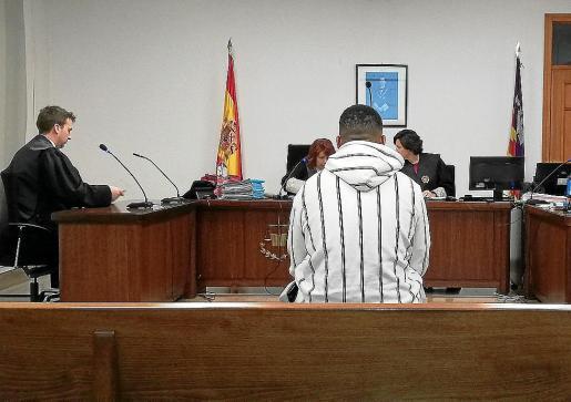 El joven procesado, de 20 años de edad, en un juzgado de lo Penal de Palma.