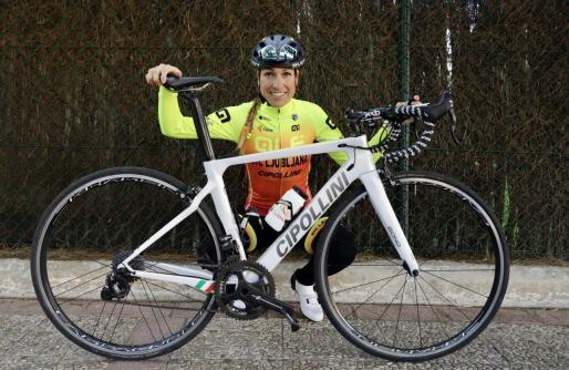 La ciclista mallorquina Mavi García (Alé BTC Ljubljana) posa con su nueva equipación y bicicleta.
