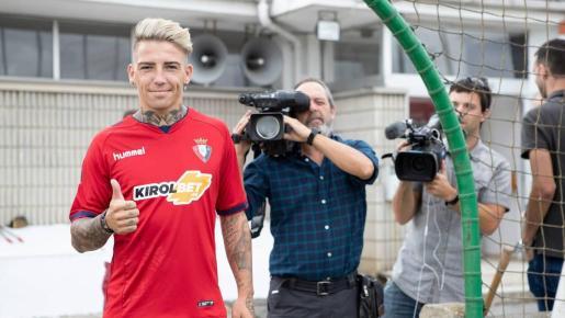 El futbolista mallorquín Brandon Thomas, que jugará en el Girona lo que resta de temporada, en su presentación como jugador de Osasuna.
