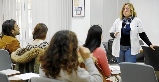Elena Valverde imparte el taller sobre trámites administrativos en el Centre de Salut Son Serra-La Vileta.