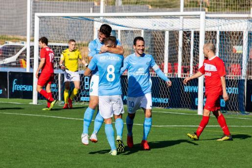 Imagen de los jugadores del Ibiza celebrando un gol.