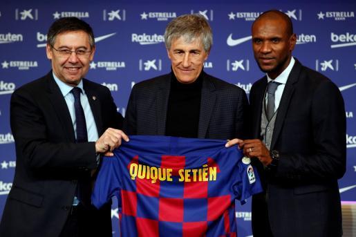 El presidente del FC Barcelona, Josep María Bartomeu (i), y el director deportivo, Eric Abidal (d), junto al nuevo entrenador del club, Quique Setién (c).