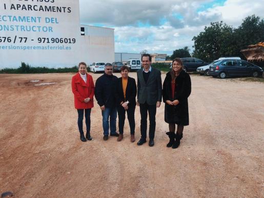 El conseller Marc Pons ha visitado el solar donde se construirán las VPO en Santanyí.