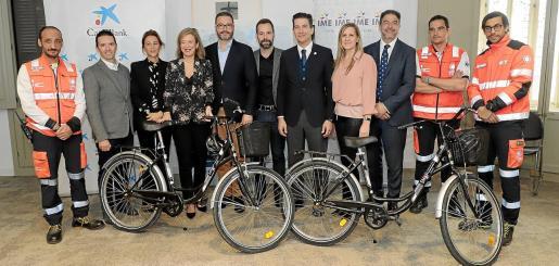 Miembros del Samur, colaboradores y patrocinadores, junto al alcalde, José Hila, y la directora territorial de Caixa Bank, Mari Cruz Rivera.
