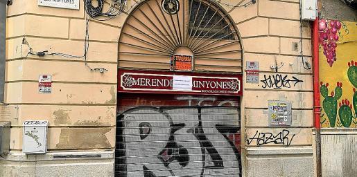 Al letrero de 'cerrado por vacaciones', ahora se le une el de 'se traspasa' en la fachada del Merendero Minyones.